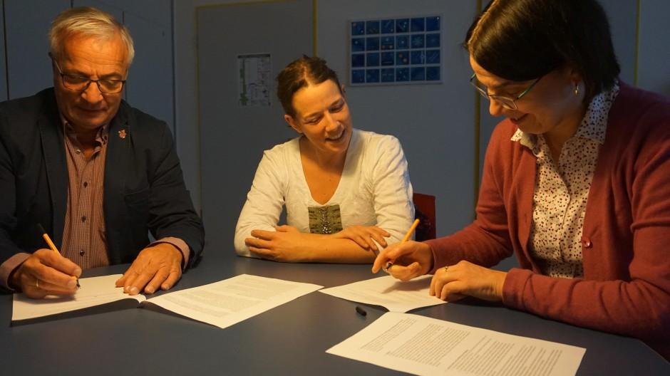 Sigurd Emme, Vorstand der Musikschule Stauden, deren Leiterin Johanna Groß (Mitte) und Rektorin Elisabeth Kick unterzeichnen die Kooperationsvereinbarung.
